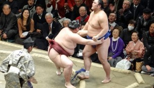 Impotencia en el rostro de Okinoumi al ser derrotado por Kisenosato. (Foto Nihon Sumo Kyokai)