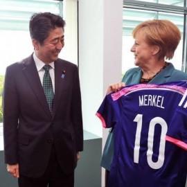 ABE SHINZO... obsequió a la canciller alemana Angela Merkel una camiseta oficial de los Samurai Blue que llevaba impresa el nombre de la jefa de gobierno.