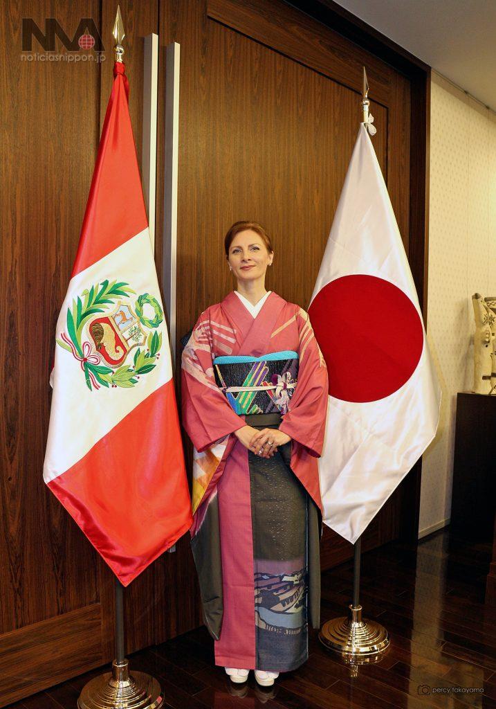 CRISTINA ESCALA esposa del embajador peruano fue la encargada de lucir el kimono en la recepción por el 195 aniversario de la independencia nacional en la sede de la embajada en Tokyo.