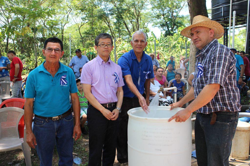 El Ministro Consejero de la Embajada del Japón, Señor Kazuho Kawamata junto al Alcalde Municipal de Sesori, señor René Alexander Portillo y miembros de la comunidad participaron en la inauguración.