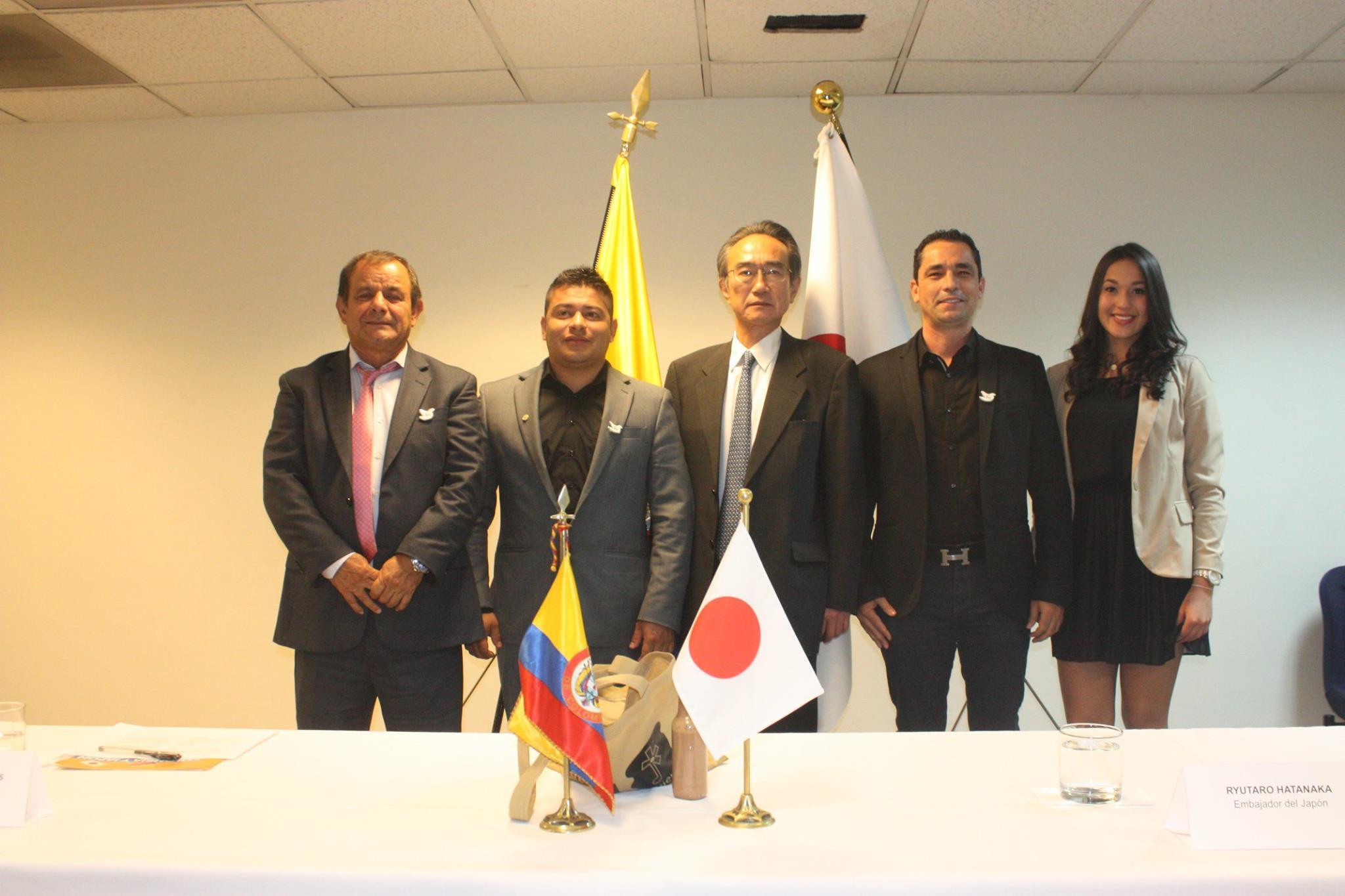 La ceremonia de firmas contó con la asistencia del Sr. Embajador del Japón, Su Excelencia Ryutaro Hatanaka y representantes de las organizaciones receptoras de la donación, representantes de la Corporación Desarrollo y Paz de Magdalena Medio, autoridades del municipio, entre otros.