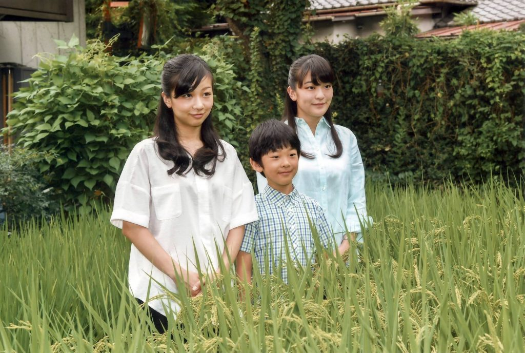 HISAHITO... con sus hermanas KAKO (izquierda) y MAKO (derecha). Foto: Agencia de Palacio Imperial.
